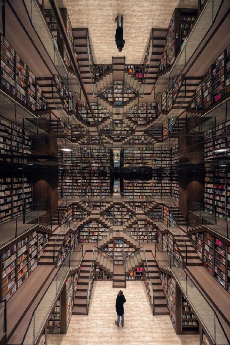 Hình ảnh phản chiếu tại phòng đọc sách chính