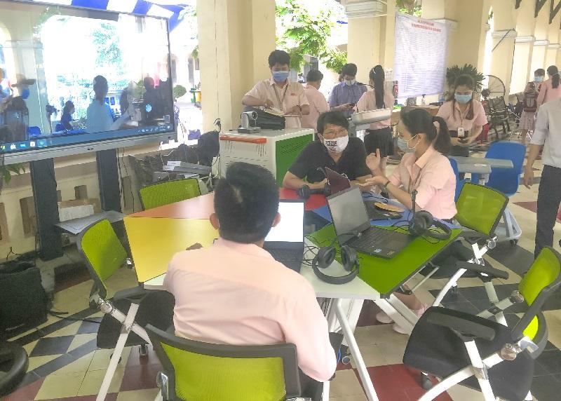 Sao Mai giới thiệu cho đoàn tham quan gian hàng mô hình phòng học thông minh